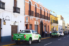 旅游业在Jerusalen街上的警察提取在阿雷基帕,秘鲁 免版税图库摄影