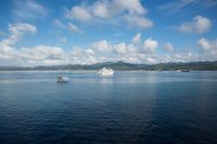 旅游业巡航小船在太平洋 免版税库存图片