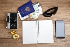 旅游业概念:飞机票,护照,智能手机,指南针,加州 图库摄影