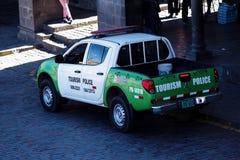 旅游业警车停放的广场库斯科秘鲁 图库摄影