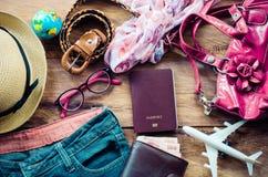 旅游业计划和设备为在木地板上的旅行需要 库存图片