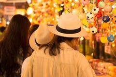 旅游业购物在jatujak市场曼谷泰国上 免版税库存照片