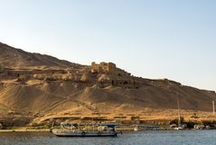 旅游乘驾的小汽船在尼罗河在一个古老阿拉伯镇的背景废墟的开罗埃及, d的 库存照片