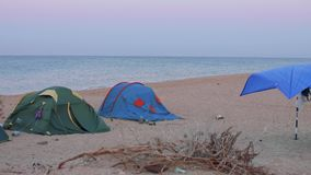 旅游五颜六色的帐篷看法在帐篷阵营的在海岸 股票录像