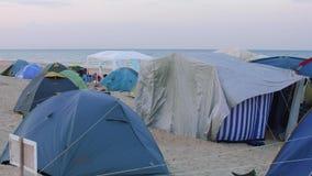 旅游五颜六色的帐篷看法在帐篷阵营的在海岸 影视素材