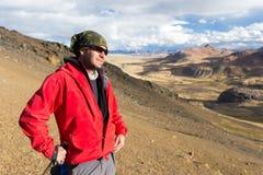 旅游人冒险家背包徒步旅行者常设山峰,秘鲁 图库摄影