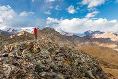 旅游人冒险家背包徒步旅行者常设山峰,秘鲁 免版税库存图片