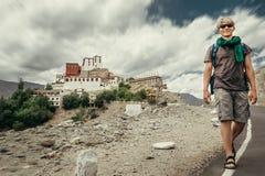 年轻旅游人在路走在Thiksey修道院附近在印度, 免版税图库摄影