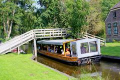 旅游人巡航小船旅行运河,羊角村,荷兰 库存照片
