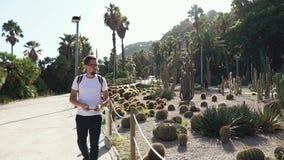 旅游人由手机为多汁植物照相在庭院里 股票录像