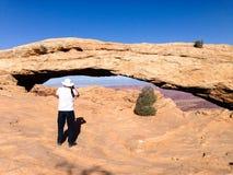 旅游人, Mesa曲拱, Canyonlands,蓝天 免版税库存照片