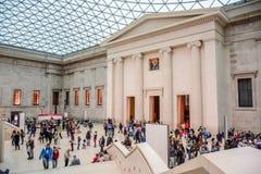 旅游参观大英博物馆在布卢姆茨伯里,伦敦,英国 免版税库存图片