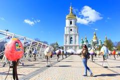 旅游参观的复活节彩蛋节日在基辅,乌克兰 库存图片