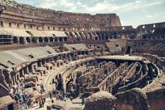 旅游参观罗马斗兽场的内部 罗马斗兽场是著名地标在罗马,意大利 免版税库存照片