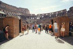 旅游参观罗马斗兽场的内部 罗马斗兽场是著名地标在罗马,意大利 图库摄影