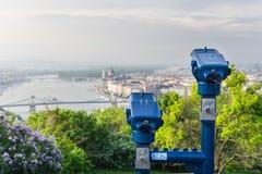 旅游双筒望远镜在布达佩斯 免版税库存图片