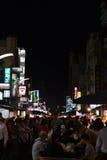 旅游吃在六合夜市场上在高雄 免版税库存照片