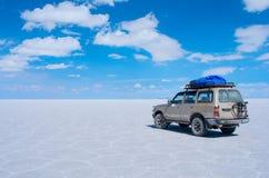 旅游吉普在撒拉族Uyuni 流星锤 免版税图库摄影