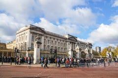 旅游和当地人民去改变的卫兵的白金汉宫在中午前 库存图片