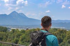 旅游在阿尔卑斯在有担任主角在距离的背包的奥地利在夏天期间 库存照片