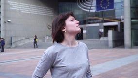 旅游夫人走并且看吸引力在欧洲议会附近在布鲁塞尔 比利时 慢的行动 移动式摄影车徒升 股票视频