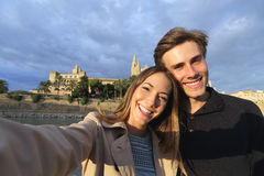 旅游夫妇在度假拍摄selfie的 库存照片
