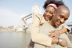 旅游夫妇在有地图的伦敦。 库存照片