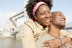 旅游夫妇在有地图的伦敦。 库存图片