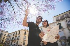 旅游夫妇常设外部举行的地图 库存图片