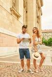 年轻旅游夫妇 免版税图库摄影