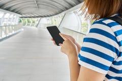 旅游女孩亚洲人变老25-35个用途智能手机发现目的地 发现地方利益使用智能手机今天是非常 免版税图库摄影