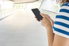 旅游女孩亚洲人变老25-35个用途智能手机发现destinati 图库摄影