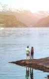 旅游女孩和人Hardangerfjorden的 免版税库存图片