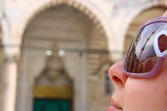 旅游女孩在清真寺 库存照片