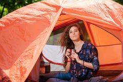 旅游女孩画象有热水瓶的在帐篷 免版税库存照片