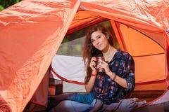 旅游女孩画象有热水瓶的在帐篷 库存照片