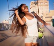 旅游女孩蓝天太阳镜白色衬衣蓝色牛仔裤 库存照片
