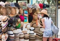 旅游妇女买帽子,曼谷 库存图片