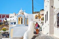 旅游妇女发现圣托里尼海岛希腊 免版税图库摄影