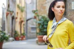 旅游妇女在一个小意大利镇 免版税图库摄影