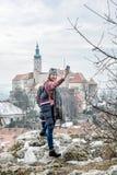 旅游妇女拍摄与Mikulov城堡,捷克republ 免版税库存图片