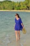 旅游妇女沿一个热带海滩走在斐济 库存照片