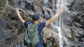 年轻旅游对表达惊人的密林的瀑布的远足者开放胳膊幸福和自由 美好的泰国自然 股票录像