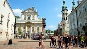 旅游小组横渡圣玛丽从良的妓女广场,克拉科夫,波兰 影视素材