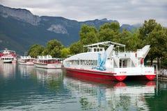 旅游小船在码头在阿讷西 免版税库存照片