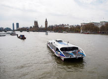 旅游巡航在有最著名的伦敦地标的大本钟泰晤士河 免版税库存照片
