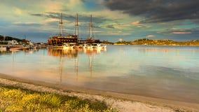 旅游帆船在Ormos Panagias, Sithonia,希腊 库存图片