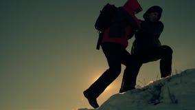 旅游帮助的队友攀登,有背包的人提供了援助一个帮手给他的朋友 o 股票视频