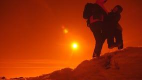 旅游帮助的队友攀登,有背包的人提供了援助一个帮手给他的朋友 o 股票录像