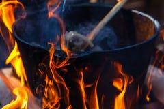旅游常礼帽用在篝火的食物,烹调在远足,室外活动 肉饭的准备 免版税库存照片